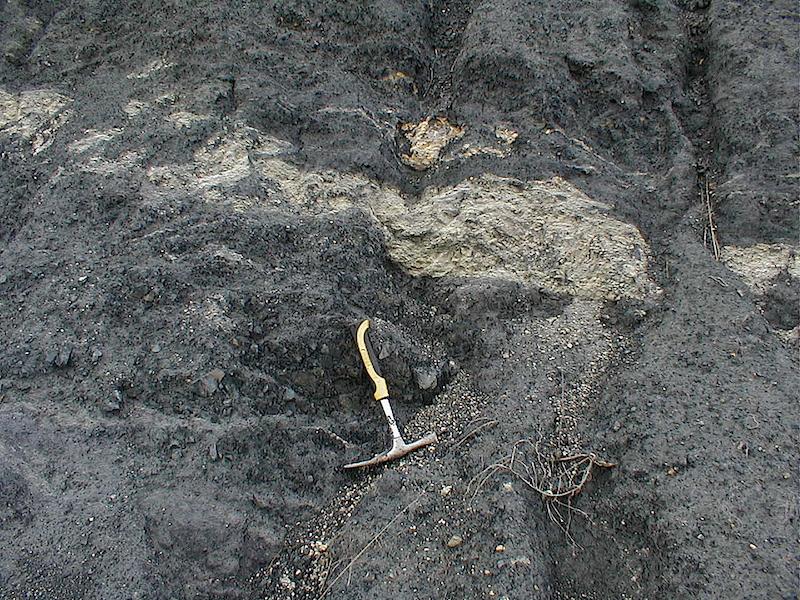 Inyección de areniscas cuarcíticas con brechificación de tamaño arena arenisca de Daroca? en el interior de pizarras casi pulverizadas, cabalgamiento Cámbrico de Daroca