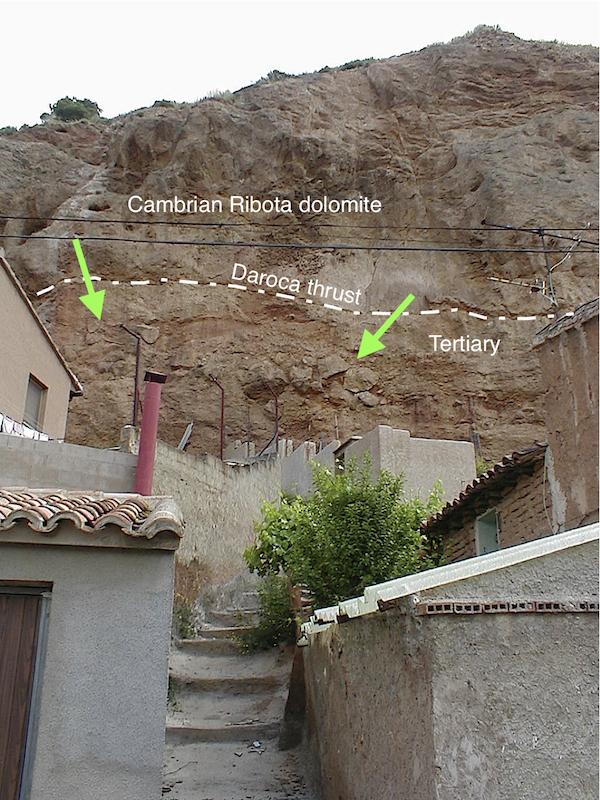 Apilamientos de bloques de dolomías del Cámbrico, cabalgamiento, impacto de Azuara